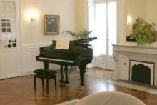 Les cours de piano ont lieu sur un magnifique Steinway.